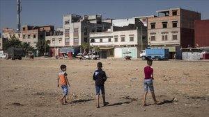 Unos niños juegan a fútbol en un descampado en un barriode Alcazarquivir.