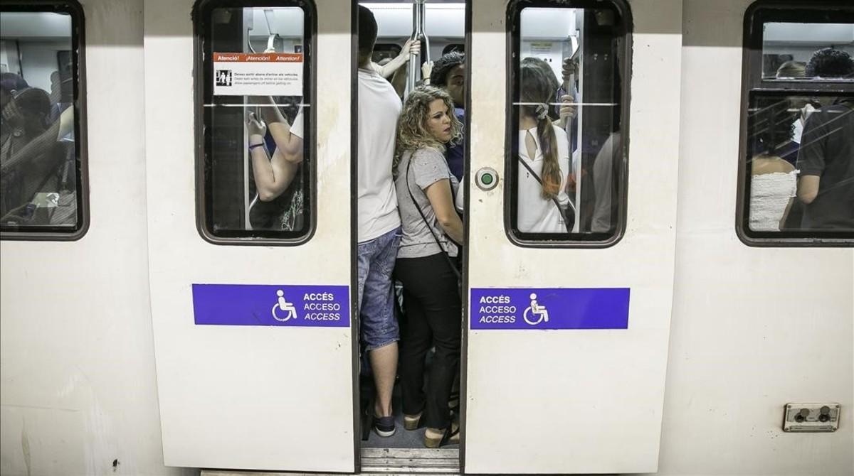 Usuarios del metro de Barcelona.