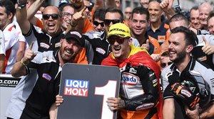 El valenciano Aron Canet (KTM) celebra hoy, en Motorland, con todo su equipo su tremenda victoria en Moto3.