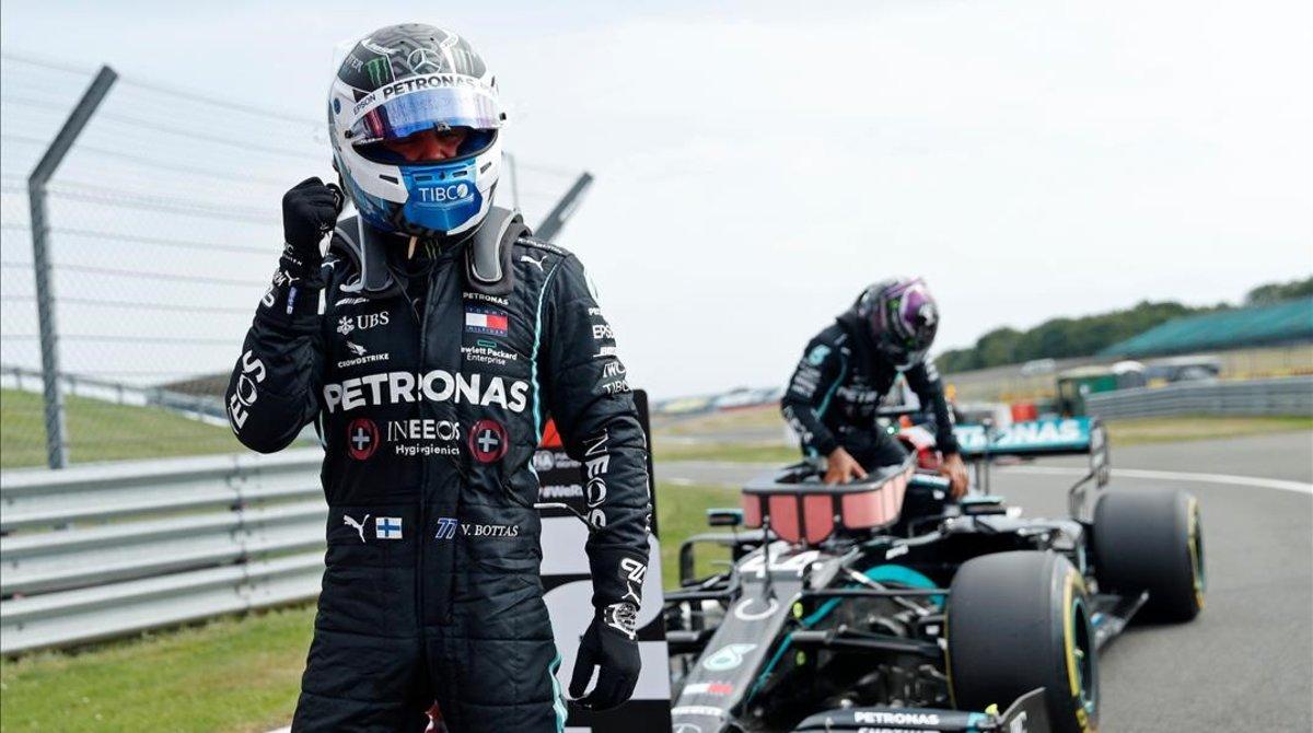 Valtteri Bottas (Mercedes) celebra su 'pole', mientras su compañero Lewis Hamilton, segundo, se baja del coche.