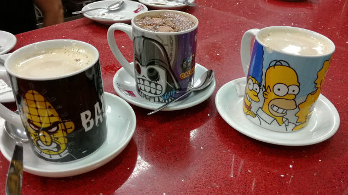 Varias tazas de desayuno con motivos diversos.