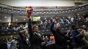 Diputados de la oposición gritanfraude en medio del Parlamento este miércoles.