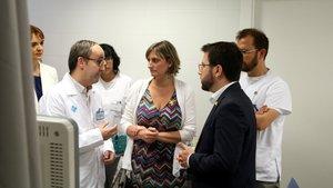 El vicepresident del Govern de la Generalitat, Pere Aragonès, y la consellera de Salut, Alba Vergès, conversando con trabajadores sanitarios