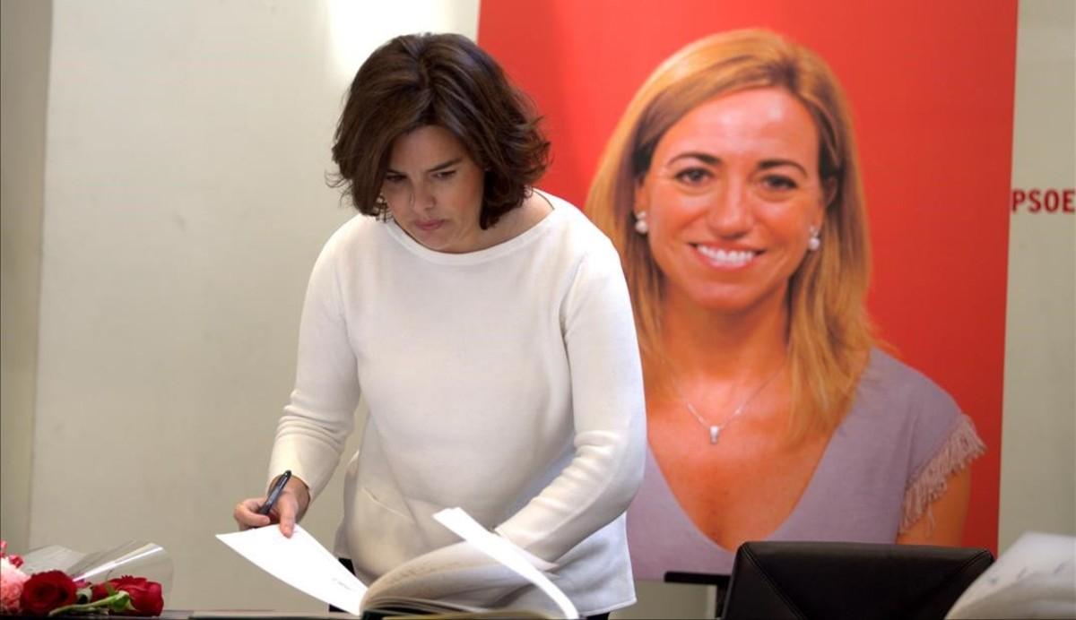 La vicepresidenta del Gobierno, Soraya Sáenz de Santamaría, firma en el libro de condolencias por Carme Chacón.
