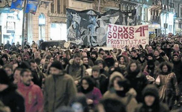 Manifestantes llenan las calles por el caso Ciutat Morta en Barcelona.