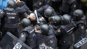 Violenta actuación policial en el colegio Ramon Llull.