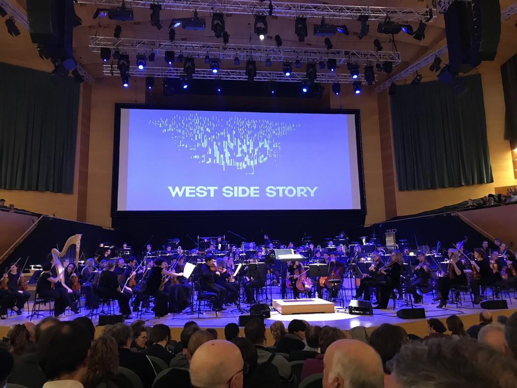 La OBC interpretando el prólogo de West Side Story.
