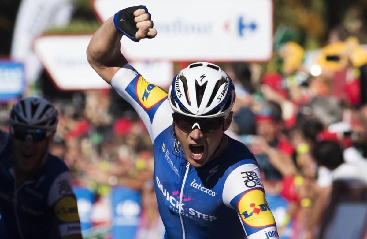 El corredor belga Yves Lampaert gana la segunda etapa de la Vuelta, en Gruissan, al lado de Narbona.