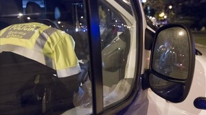 Control de alcoholemia a cargo de agentes de la Policía Local.