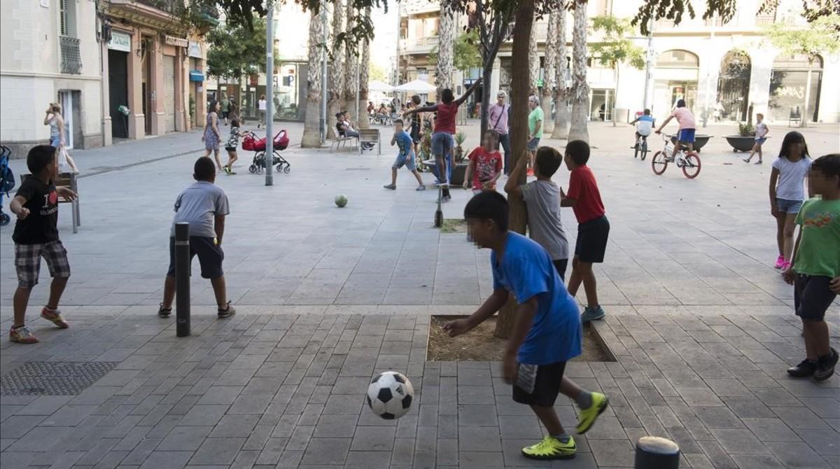 Niños jugando a la pelota en la plaza de Navas, en el Poble Sec, esta semana.