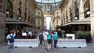 Bolardos para blindar el acceso en vehículos a la galería Vittorio Emanuele, en Milán.