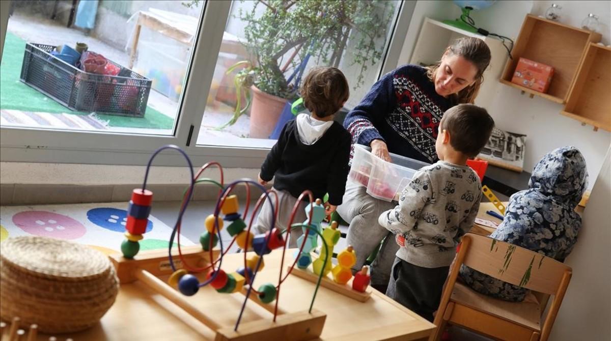 Un grupo de niños jugando junto a su acompañante en elPetit Molinet.