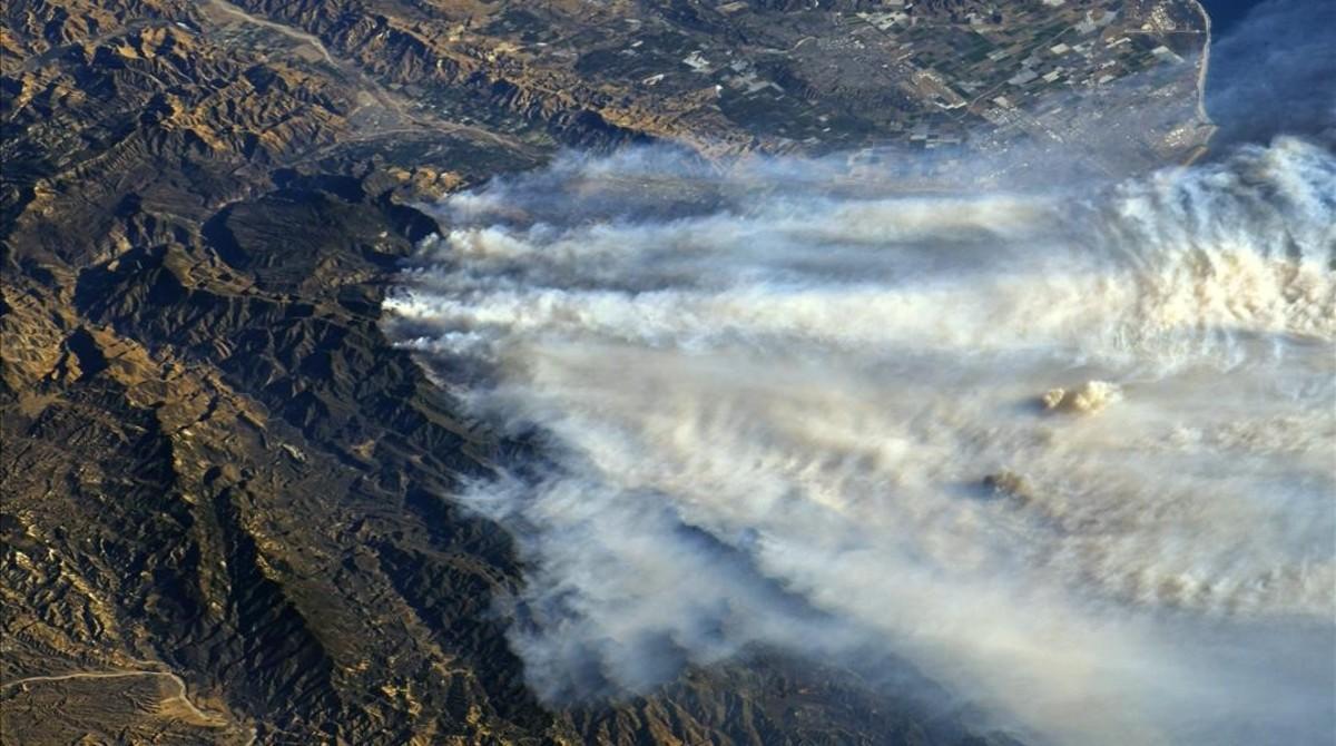 Imagen tomada por la NASA desde la Estación Espacial Internacional de los incendios en California.