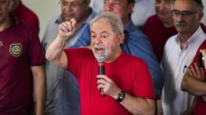 Lula se dirige a sus seguidores del sindicato metalúrgico en Sao Bernardo do Campo.