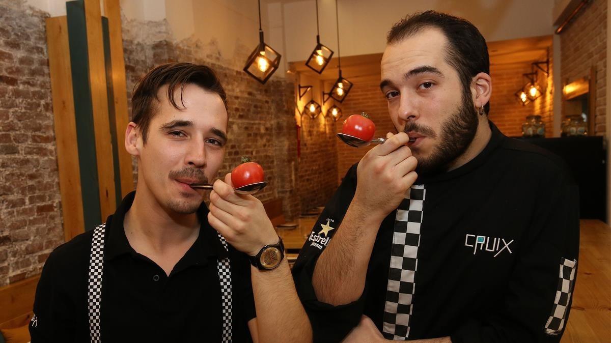 Carlos Fernández y Miquel Porta (derecha) juegan con cucharas.