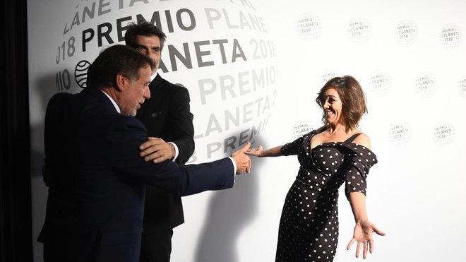 José Crehueras, presidente del Grupo Planeta, saluda a los invitados, en la noche de este lunes.