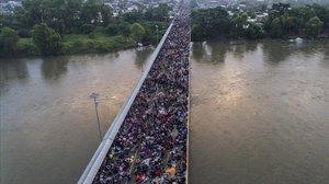 Vista aérea del puente de la frontera entre Guatemala y México en Ciudad Hidalgo (Chaipas), llena de integrantes de la caravana de hondureños.