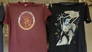Dos camisetas de algodón con agujeros. En las fotos inferiores, detalle de los mismos.