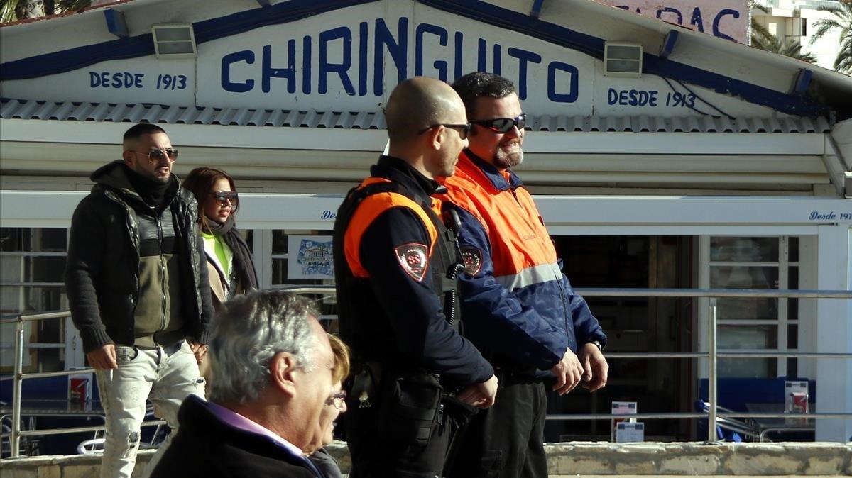 Vigilantes privados patrullan en el paseo Marítim de Sitges para prevenir el 'top manta' a primeros de enero.