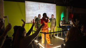 El público vota con papeletas de coloresla batalla entre Ferri López y Andrés Fajngold. Con mono de presidiario, el presentador, Xavier Castells, en el ring del Generator Hostel.