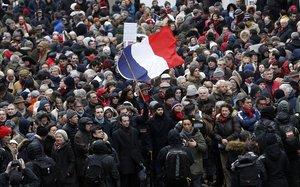 Els 'fulards vermells' desfilen per París contra la violència dels 'armilles grogues'