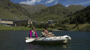 Una familia pasea en barca en el lago de la estación de esquí de Núria, que gestiona Ferrocarrils.