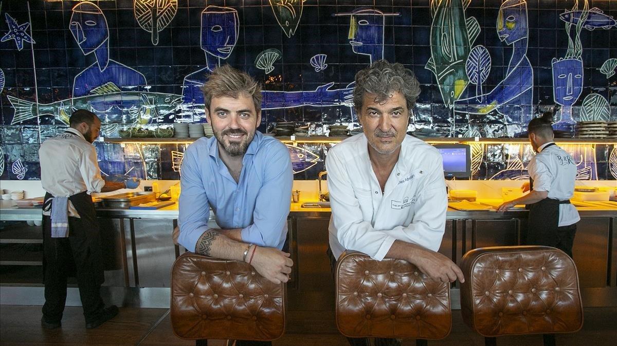 Tomàs (izquierda) y Carles Abellan, apoyados en los asientos de La Barra.