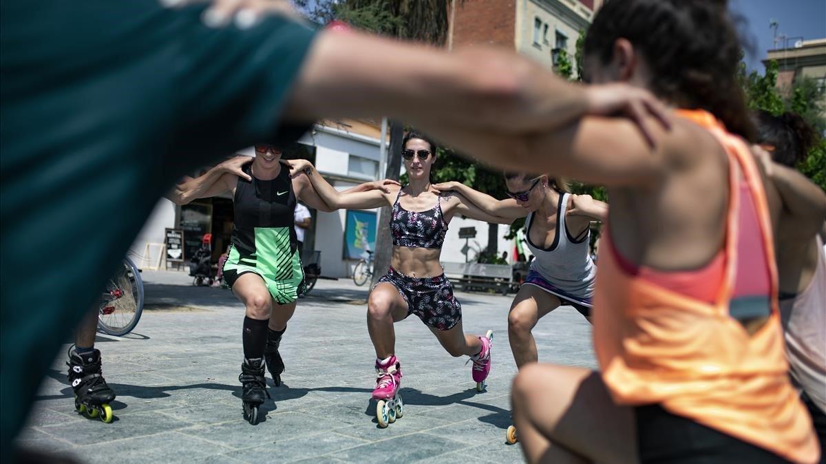 Entrenamiento con patinetes en línea en la Barceloneta.