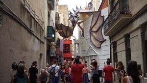 La calle del Progrés, cuya decoración se ha inspirado en Harry Potter para el concurso de las fiestas de Gràcia.