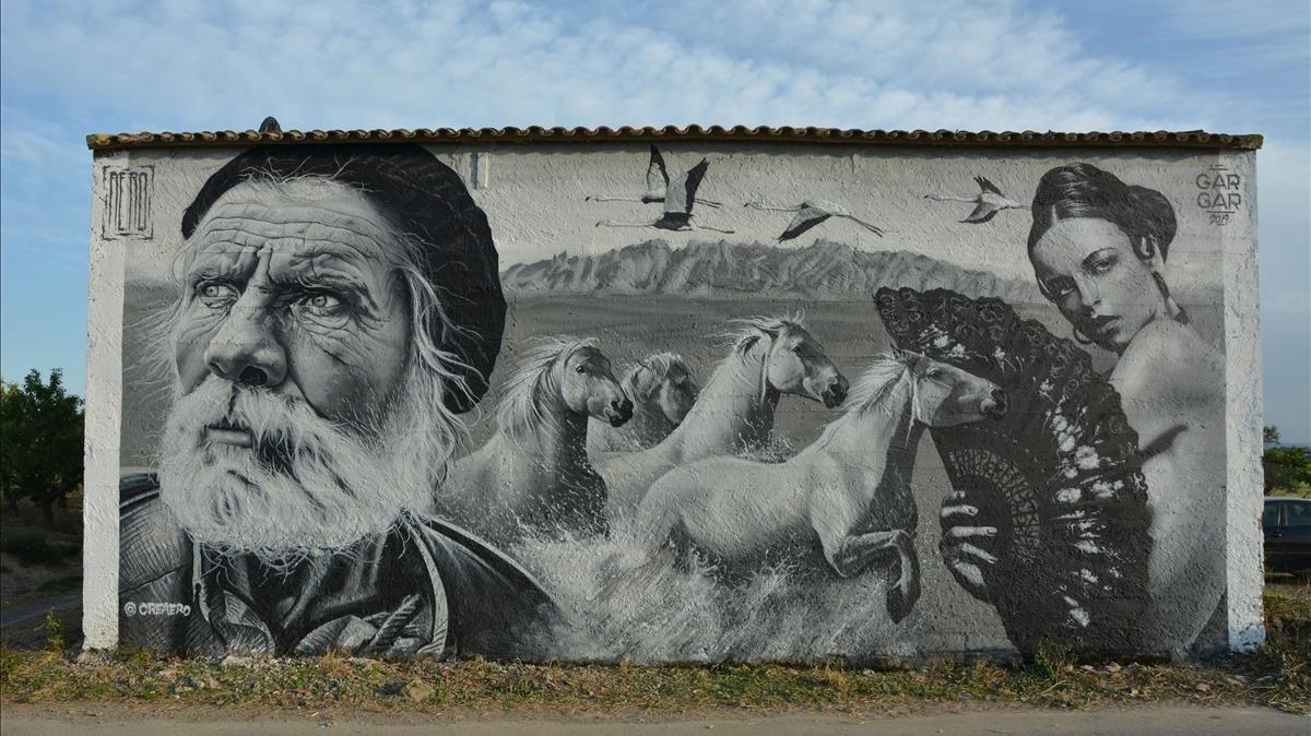 El francés Aéro creó en la edición del 2019 un mural con caballos con Montserrat de fondo.