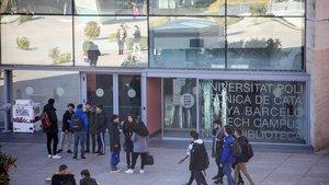 Estudiantes de la UPC delante de su escuela.