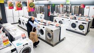 Una mujerse informasobre lavadoras en la tienda de electrodomésticos Millar de Sabr Cugat del Vallès, este viernes.