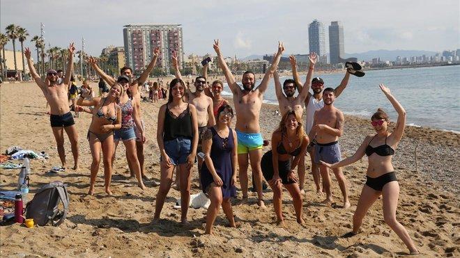 L'estrany cas dels xiringuitos plens i les platges buides