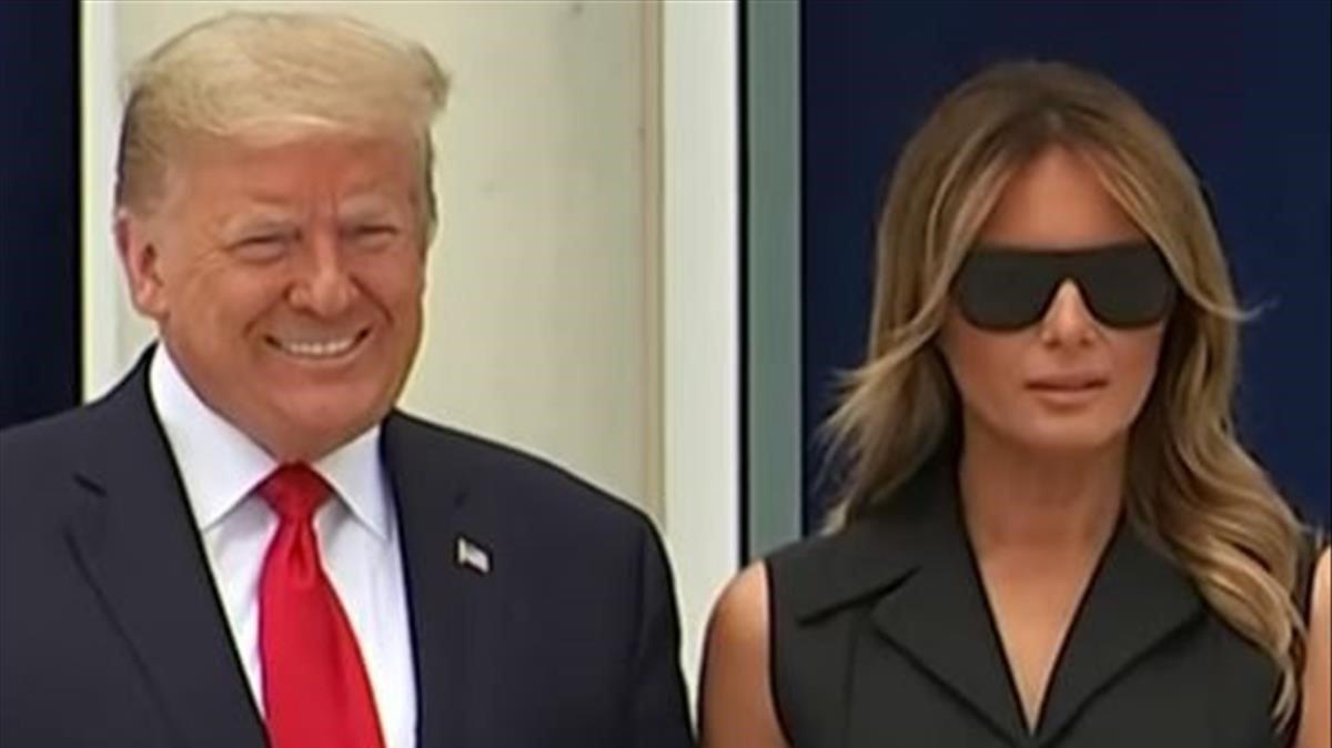 Melania Trump, amb un somriure impossible al costat de Donald Trump, es converteix en viral