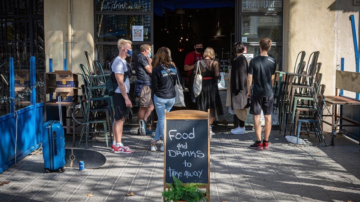 Barcelona denuncia 75 persones per 'botellon' la primera nit sense bars