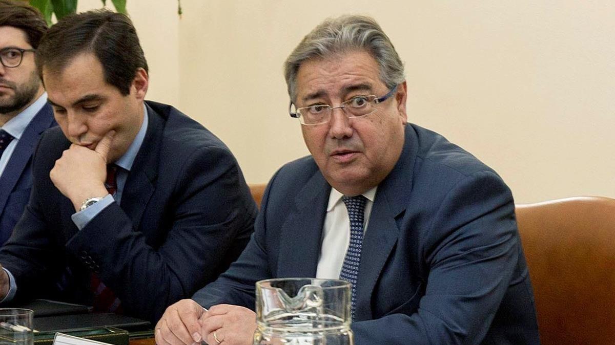 Zoido (derecha), este martes, durante la reunión con asociaciones de la Guardia Civil, en Madrid.