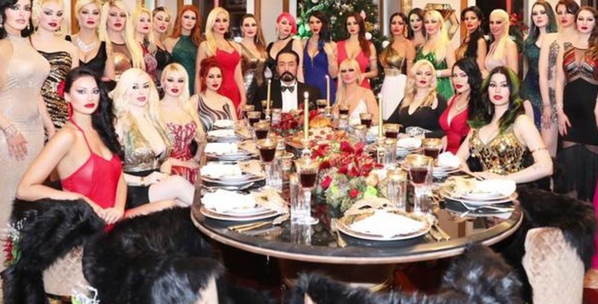 El polémico predicador turco rodeado de chicas.