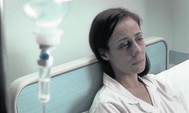 La actriz Conchi Almeda, en el papel de Sofía del Valle, la enferma terminal que dispara la cadena de asesinatos a políticos corruptos en La rebelión de los ángeles.