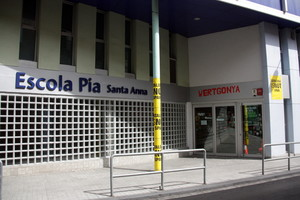 Entrada de lEscola Pia Santa Anna de Mataró, amb cartells reivindicatius.