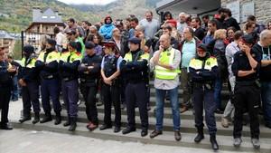 zentauroepp40370107 una trentena de mossos d esquadra a l entrada del col legi e171001164051