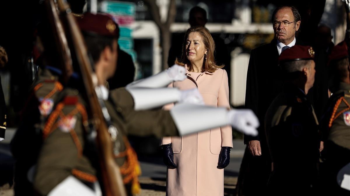 Los presidentes del Congreso, Ana Pastor y del Senado, Pio García Escudero, presiden el izado de la bandera.