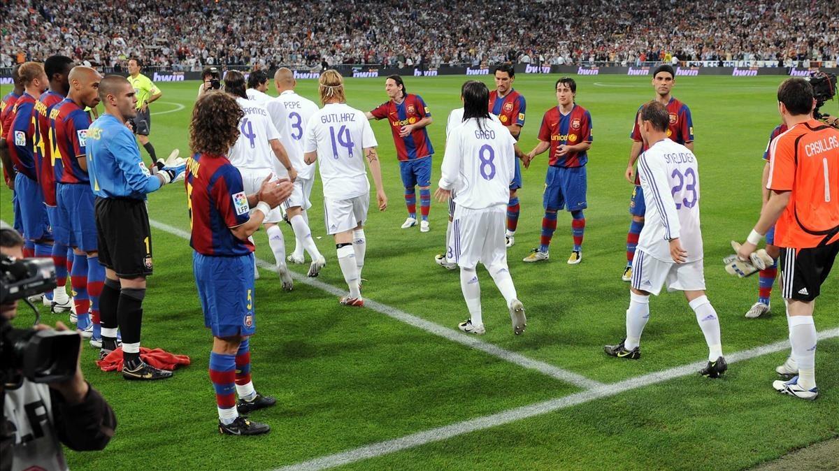 Los jugadores del Barcelona hacen pasillo al Madrid en el Bernabéu, en el 2008