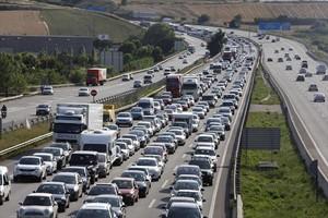 Retención de tráfico en el kilómetro 141 de la AP-7, en dirección a Girona.