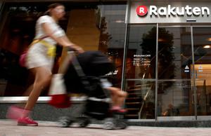 Una mujer pasa ante un establecimiento en Rakuten, en Tokio.