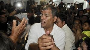 El expresidente ecuatoriano, Rafael Correa, con sus seguidores.