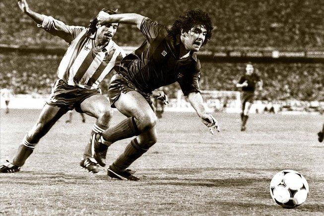 El jugador, a su paso por el Barça, en un partido contra el Atlético de Madrid, en 1983. / Ricard Fadrique
