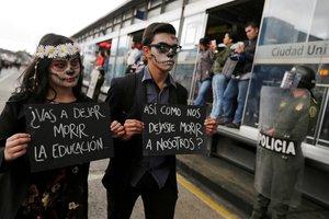 Por las principales vías de la capital colombiana los jóvenes marchan a esta hora disfrazados con terroríficos atuendos y carteles en los que se lee El Gobierno quiere matar la educación y No nos pueden recortar el futuro.