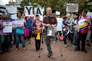 Un grupo de personas participa en una protesta por la escasez de medicinas y tratamientos para la salud en Caracas.