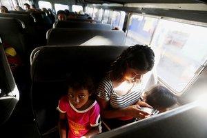 TECÚN UMÁN (GUATEMALA),María llora junto a sus dos hijas en el autobús que las regresará voluntariamente a Honduras desde Tecún Umán (Guatemala). María estuvo en la caravana de migrantes hondureños por más de una semana, pero el cansancio y la incertidumbre hizo que decidiera regresar a su país.EFE/ESTEBAN BIBA