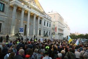 Pensionistascongregados ante el Congreso de los Diputados.